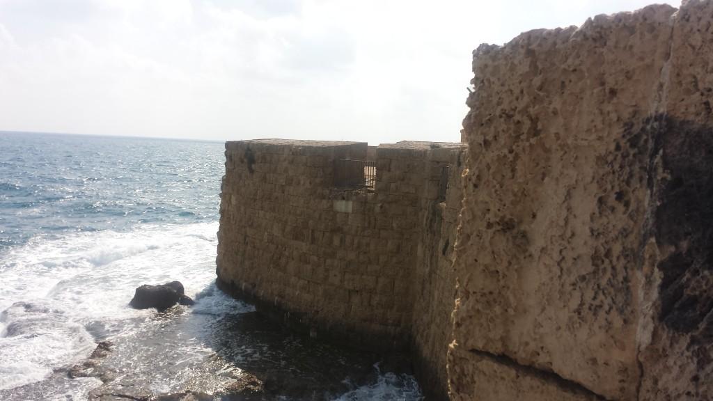 Muralhas do antigo porto de Acre, atual Akko em Israel